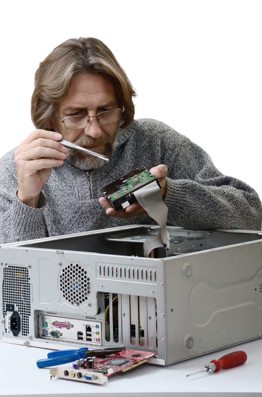 Techniker baut Rechner