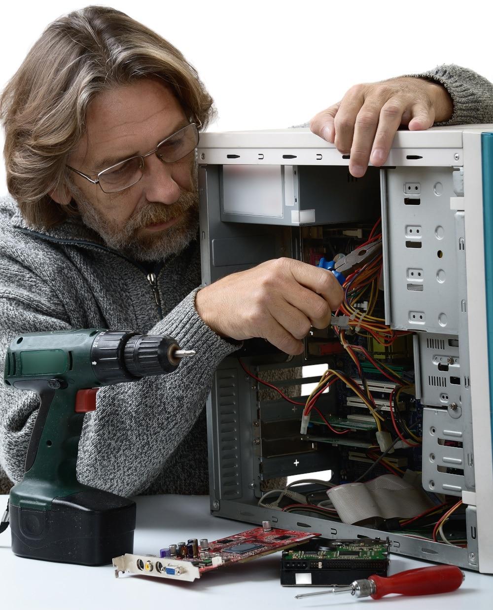 Techniker repariert PC im Vor-Ort-Service