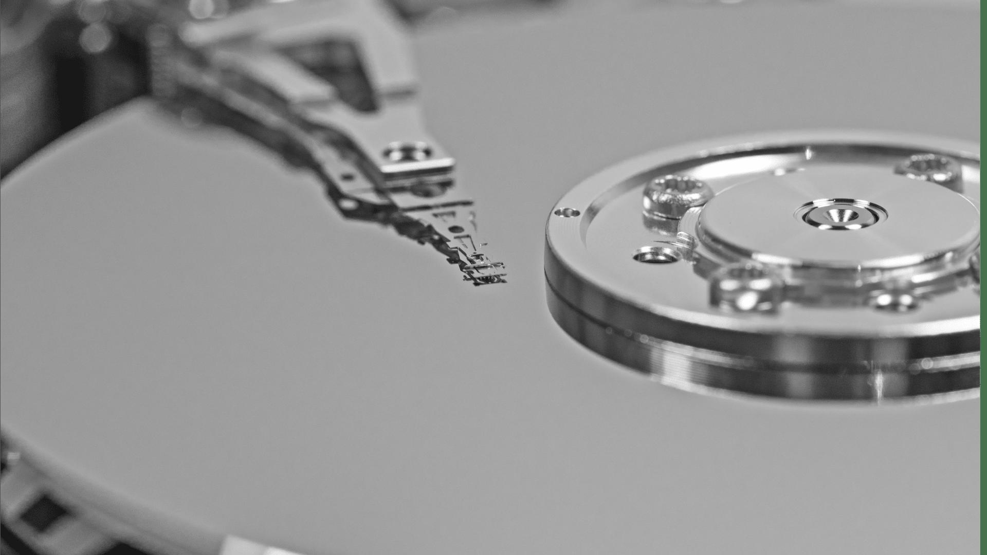Inneres einer Festplatte, wie es bei der Datenrettung sichbar wird wird