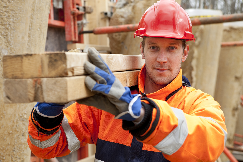 Handwerker kann wieder auf den Bau, weil er durch TopKontor Handwerk wieder der Zeit findet
