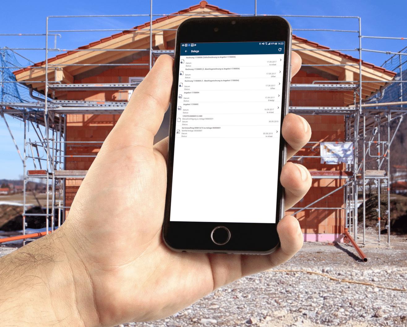 Handy mit TopApp auf Baustelle
